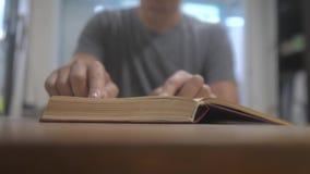 人读一本书 学会图书馆概念的教育生活方式 人打开书 人转动书的页 股票视频