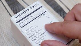 人读与营养和质量的食物标签 股票视频
