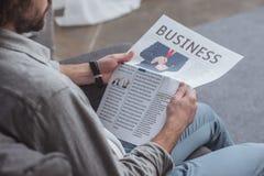 人读书商业报纸的播种的图象 图库摄影