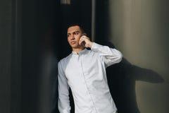 人谈的电话 免版税库存图片