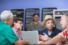 人谈话与咖啡馆的朋友 免版税库存图片