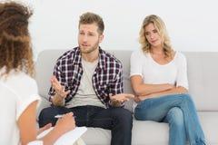 人谈话与治疗师在夫妇疗法 免版税图库摄影