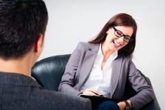人谈话与他的心理学家 免版税库存照片