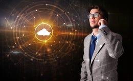 人谈话在有云彩技术概念的电话 库存图片