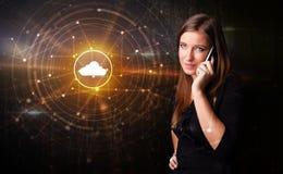 人谈话在有云彩技术概念的电话 库存照片