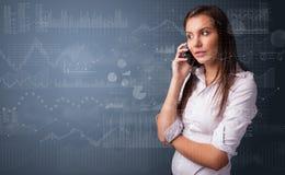 人谈话在有图和报告的电话在前景 免版税库存图片