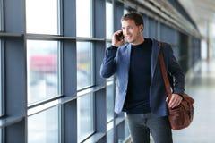 人谈话在电话在机场-旅行生活方式 免版税库存图片