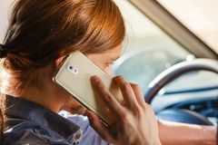 人谈话在电话,当驾驶汽车时 图库摄影