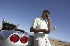 年轻人谈话在电话 库存照片
