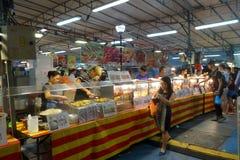 人购买食物在夜市场上 库存图片
