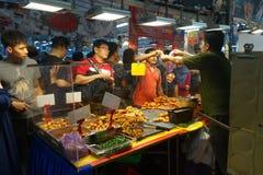 人购买食物在夜市场上 免版税库存图片