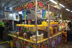 人购买食物在夜市场上 免版税图库摄影