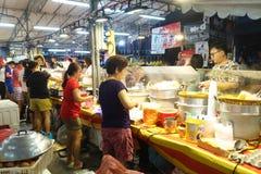 人购买食物在夜市场上 库存照片