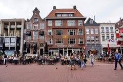 人购物在鲁汶大广场大市场上在格罗宁根,荷兰 免版税库存照片