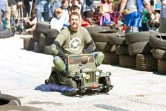 人赛跑微型军队吉普在市场 免版税库存图片