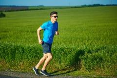 人赛跑者奔跑在早晨 免版税库存图片