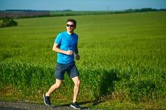 人赛跑者奔跑在早晨 免版税图库摄影