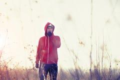 人赛跑者画象在领域的与前灯 免版税库存图片