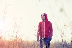 人赛跑者画象在领域的与前灯 免版税库存照片