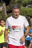 人赛跑者 马拉松在罗马,意大利 2014年10月19日 库存照片