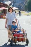 人走与在山区度假村的行李 免版税图库摄影