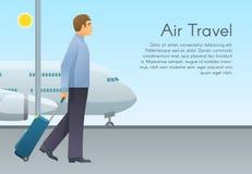 年轻人走带着行李手提箱的飞机乘客在机场 假期、旅行和活跃生活方式 免版税库存图片