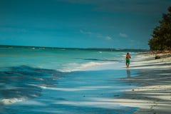 人走往海洋 免版税库存图片