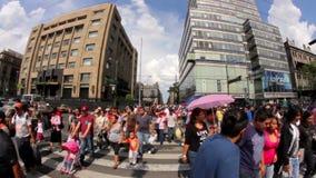 人走的和横渡的街道在旁边Torre Latinoamericana大厦 股票视频