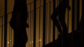 人走的地铁台阶,繁忙的生活方式特大的城市阴影剪影  股票视频