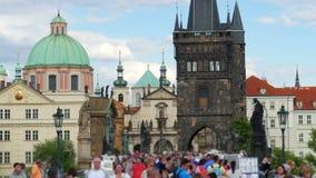 人走的横渡的查尔斯桥梁,布拉格,捷克共和国, 4k 影视素材
