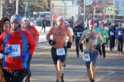 人跑赤裸上身在圣诞节半马拉松期间在鄂木斯克在负号23 库存照片