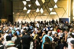 人跳舞与圣经纸卷在Simhath期间摩西五经仪式  特拉唯夫 以色列 免版税库存图片