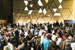 人跳舞与圣经纸卷在Simhath期间摩西五经仪式  特拉唯夫 以色列 免版税图库摄影