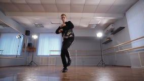 年轻人跳舞专业霹雳舞在舞蹈演播室 有效地移动他的胳膊的舞蹈家 有严肃的男孩 影视素材