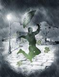 人跳舞在大雨中 免版税库存图片
