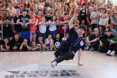 年轻人跳舞breakdance 免版税图库摄影