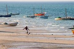 人踢足球在海滩 免版税库存照片