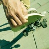 人踩滑板的年轻人 免版税图库摄影