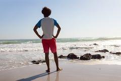 人身分用在臀部的手在海滩在一好日子 图库摄影