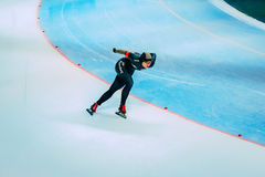 人轨道的运动员溜冰者是轮 图库摄影