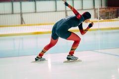 人轨道的运动员溜冰者 库存照片
