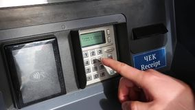 人输入PIN在ATM 股票视频