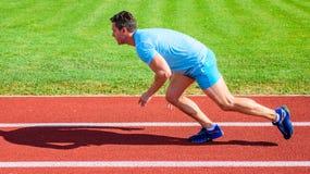 人运动员赛跑者推挤开始状态体育场道路好日子 在种族之后开始的行动夺取的赛跑者  库存图片