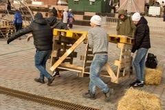 人运载一个木结构 免版税库存图片
