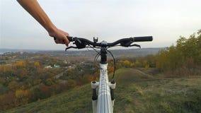 人运载在山的一辆自行车 股票录像