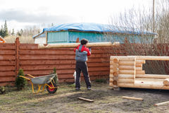 人运载日志修造一个木树荫处 免版税库存图片