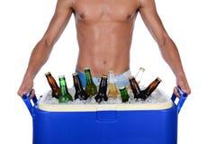 年轻人运载的啤酒致冷机 库存照片