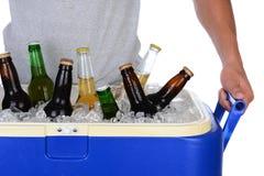 年轻人运载的啤酒致冷机 免版税图库摄影