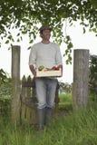 人运载的条板箱水果和蔬菜户外 库存图片