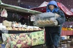 人运载的果子 免版税库存图片
